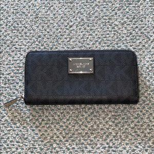 Micheal Kors Zippy wallet